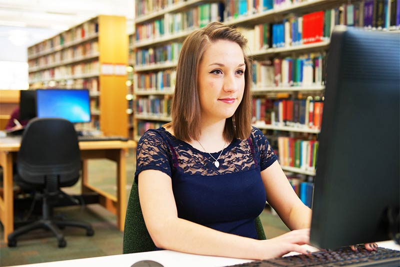 female student using computer in mcclay library