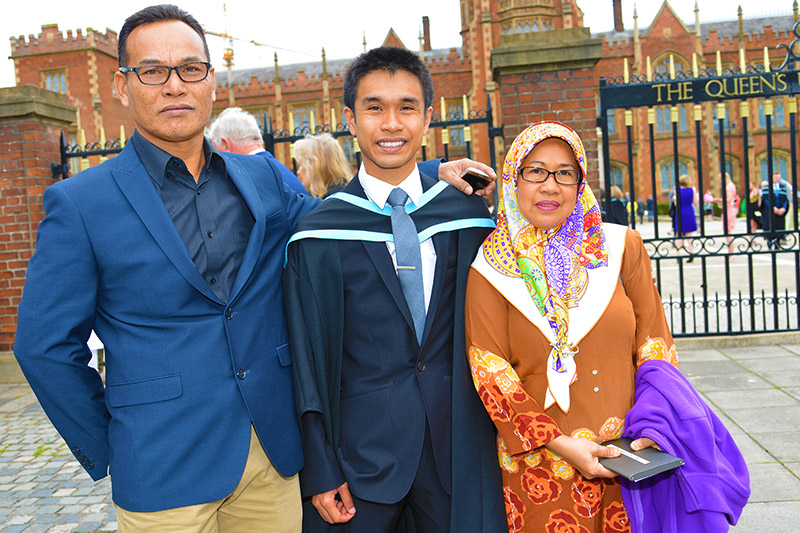 QUB_graduation-family_2H
