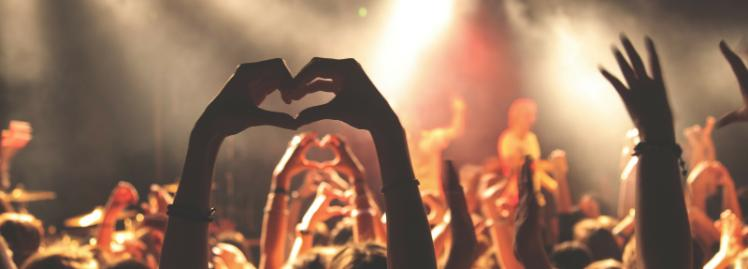 1600x575 crowd in a club, heart with hands
