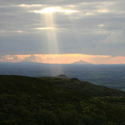 QUB-GAP-4V-Sunbeam-on-Carrowkeel-passage-tomb-Croagh-Patrick-in-distance